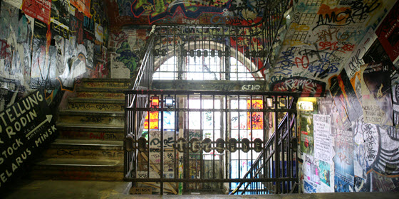 560px_Kunsthaus_Tacheles_stairway_with_Graffiti