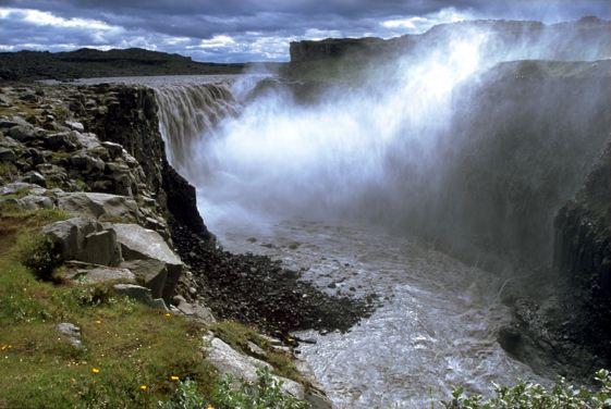 Dettifoss es una cascada situada en el Parque Nacional Jökulsárgljúfur, al noreste de Islandia no lejos de Mývatn.