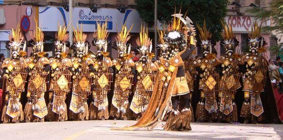 La Escuadra Zulúes , de los Moros Nuevos, es una de las más coloridas de las que participan en las fiestas de Moros y Cristianos de Villena