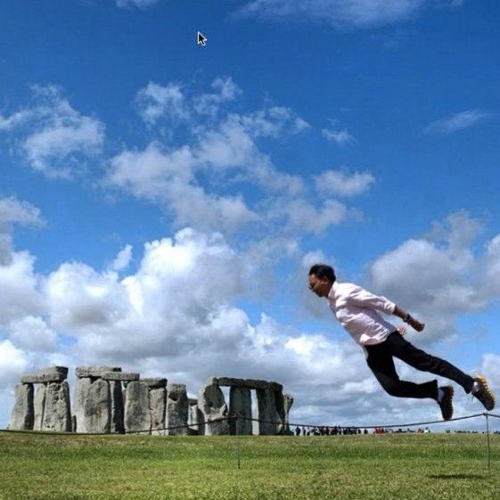 """@junantoherdiawan, """"levitando"""" en dirección a Stonehenge"""