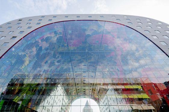 El cuerno de la abundancia , una colorida creación fotográfica tridimensional diseñada por Arno Coenen y Iris Ros, y que está inspirada en las naturalezas muertas de los pintores holandeses