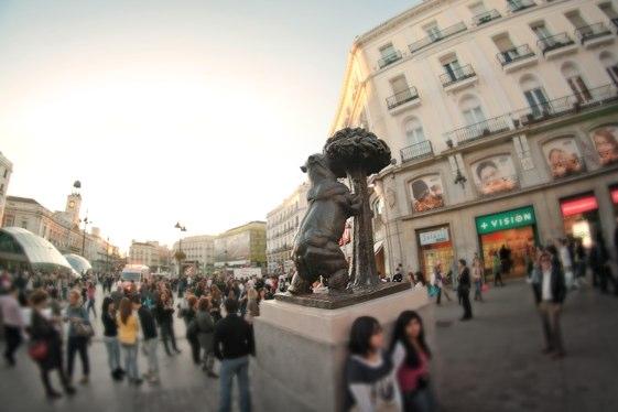 El Oso y el Madroño, el símbolo del escudo de Madrid, en plena Puerta del Sol.