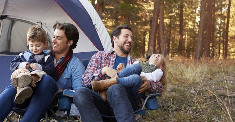 Familia divirtiendose en un camping (iStock)