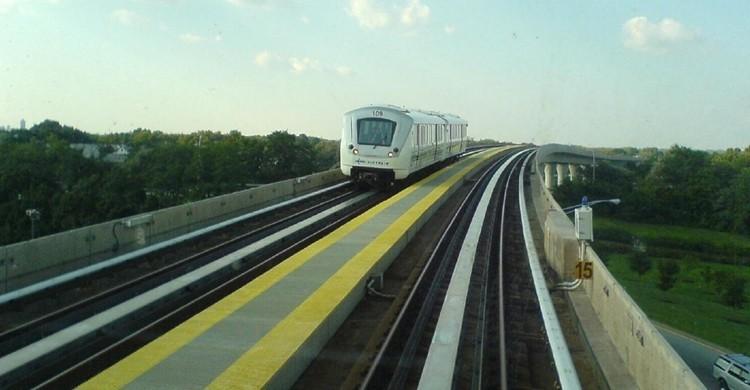 Imagen del Air Train que enlaza el JFK con Jamaica Station, de la red de metro. TijsB (Flickr)