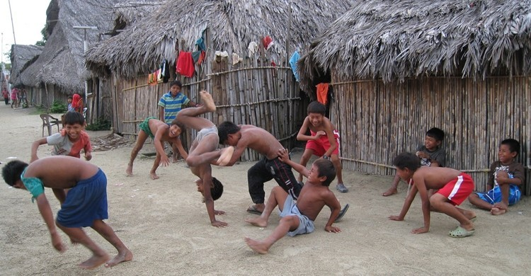 Niños jugando en Kuna, Panamá. Kent MacElwee (Flickr).