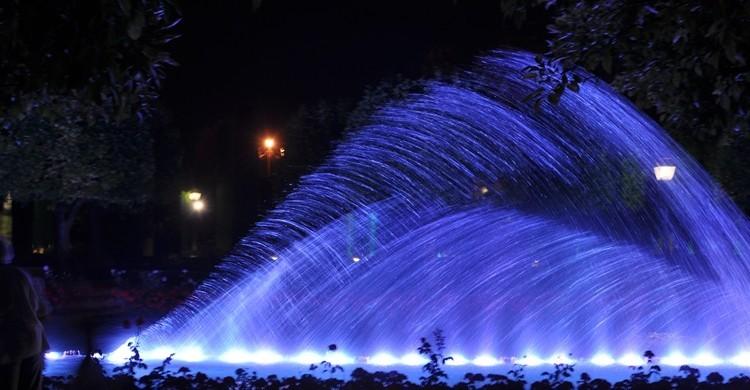 Imagen de un espectáculo de agua y luz. (Wikipedia).