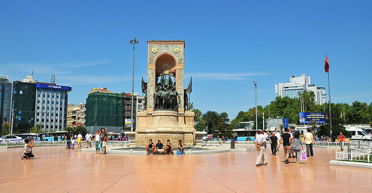 Plaza Taksim (https://commons.wikimedia.org/wiki/User:1Veertje)