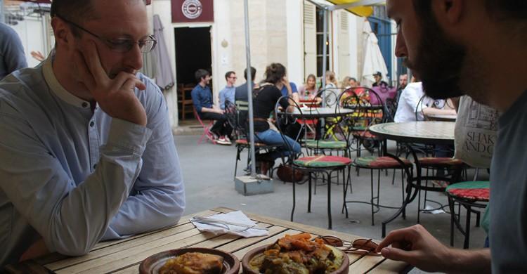 Dos turistas disfrutan de comida marroquí en el Marché des Enfants Rouges. Connie Ma (Flickr)