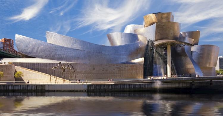 El Guggenheim tiene forma de barco, por la historia de Bilbao con los navieros.(iStock)