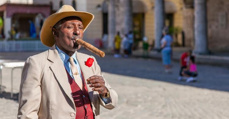 Cubano fumando un habano (iStock)