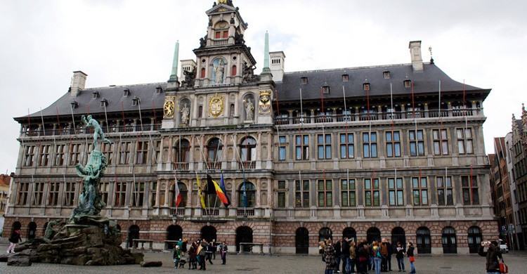 Plaza del Ayuntamiento en Amberes. Ramón (Flickr)