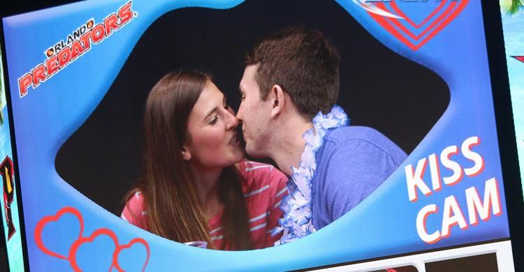La famosa 'kiss cam' de los estadios de EEUU, que 'obliga' a las parejas a besarse. 143d ESC (Flickr)
