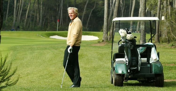 Greg Norman, diseñador del club, en el campo de El Prat. (http://www.realclubdegolfelprat.com)