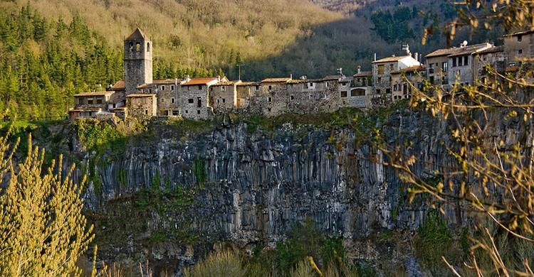 Castellfollit de la Roca, una hilera de casas sobre el basalto. SBA73 (Flickr)