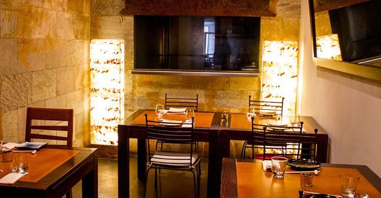 Mesas al fondo con cocina a la vista. Asiana Nextdoor