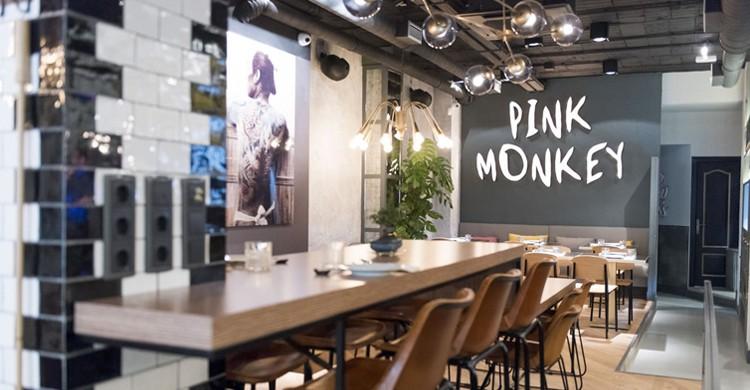 Mesa alta en restaurante Pink Monkey