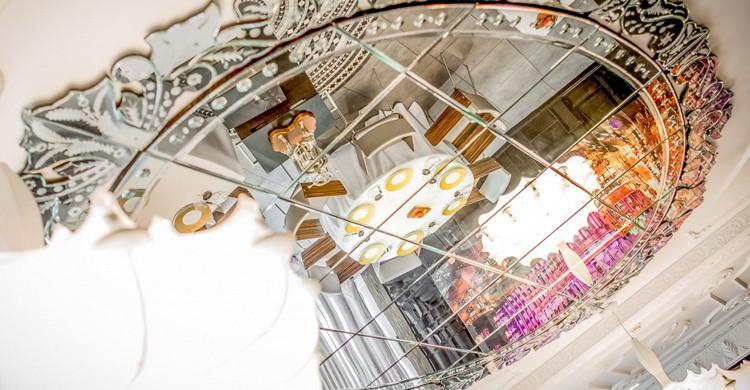 Detalle del espejo en el techo del comedor. Restaurante Ramón Freixa Madrid at Hotel Único