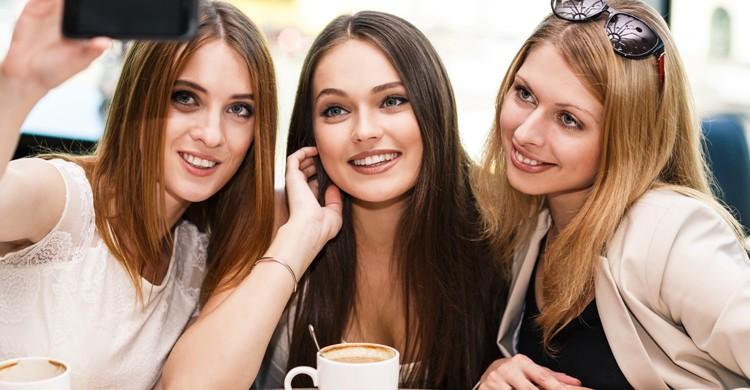 Tomar un café es uno de los planes más habituales para hacer con las amigas (iStock)