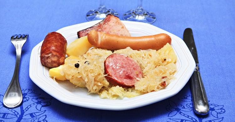 Salchichas, codillo y sauerkraut son algunos de los platos típicos alemanes (iStock)