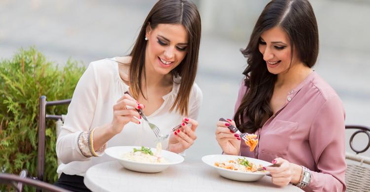 Comer en un restaurante o tomar el brunch os permitirá tener más tiempo para hablar (iStock)