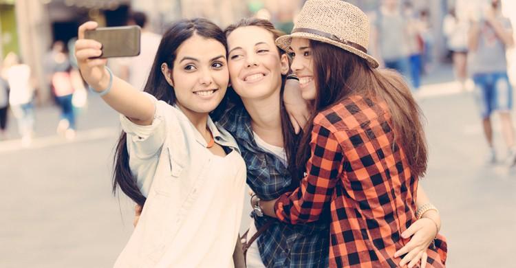 En todo viaje con amigas no pueden faltar los selfies (iStock)