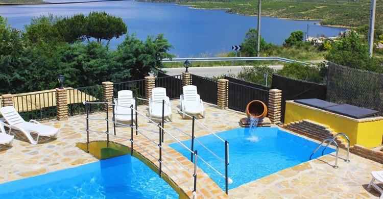 En primer término la piscina, y de fondo, el embalse. (www.facebook.com/Estudios-Finca-El-Destino)