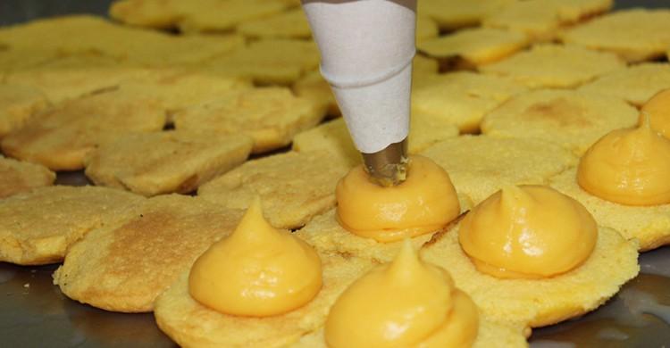 Torrijas de bizcocho rellenas de crema. Antigua Pastelería del Pozo, Facebook