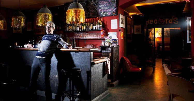 En la barra del bar. Wowsville Bar, Facebook