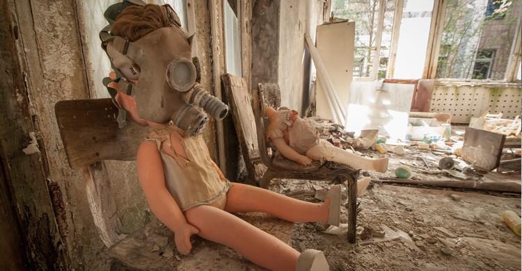Muñeca con máscara de gas en Chernóbil (Istock)