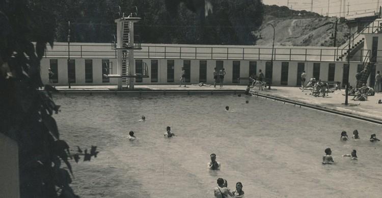 Piscina El Lago. Biblioteca Facultad de Empresa y Gestión Pública (Foter)