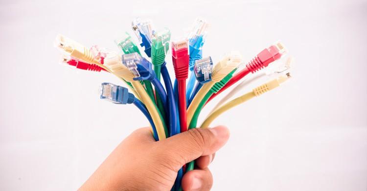 coger los cables (Istock)