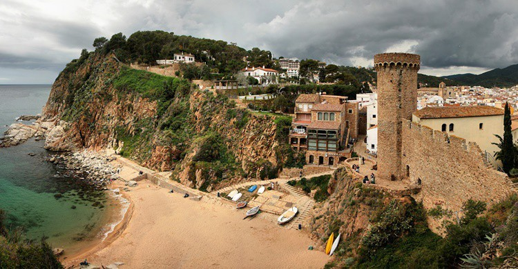 Vista parcial de una de las playas de Tossa de Mar y de parte de su muralla. Jorge Franganillo (Flickr)