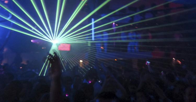 Fiesta en una discoteca de Ibiza. (iStock)