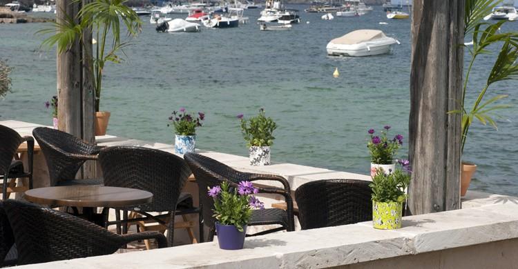 Restaurante con vistas al mar en Port d'Andratx. Carsten Madsen (iStock)