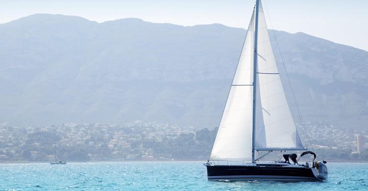 Barco navegando en la costa de Denia. LUNAMARINA (iStock)