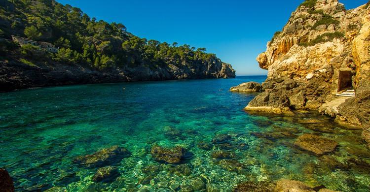 Aguas cristalinas en la costa de Mallorca. MKCinamatography (iStock)