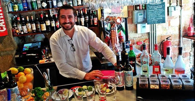 Barra y 'barman' en Senyor Vermut (https://www.facebook.com/senyorvermut/)