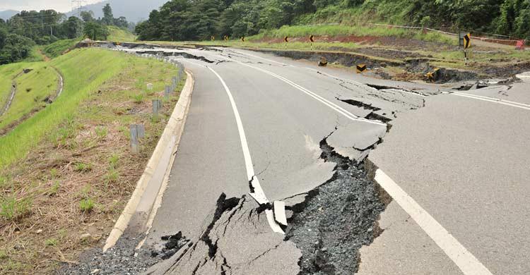Si estamos en carretera, lo mejor es detener el vehículo y permanecer en el interior (iStock)