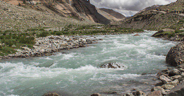 Imagen de uno de los ríos que nacen del monte Kailash. AnnaLaine (iStock)