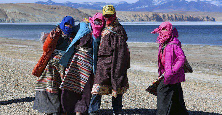 Peregrinos tibetanos junto a uno de los lagos del monte Kailash. Zzvet (iStock)