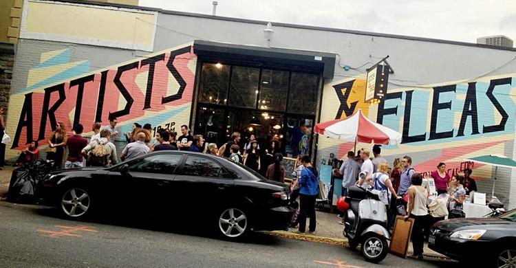 La puerta del mercado. Artists & Fleas Market (Facebook)