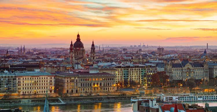 Imagen de Budapest con la Basílica de San Esteban al amanecer (iStock)