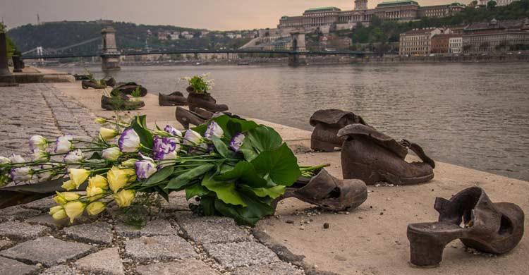 Monumento de los Zapatos a orillas del Danubio (iStock)