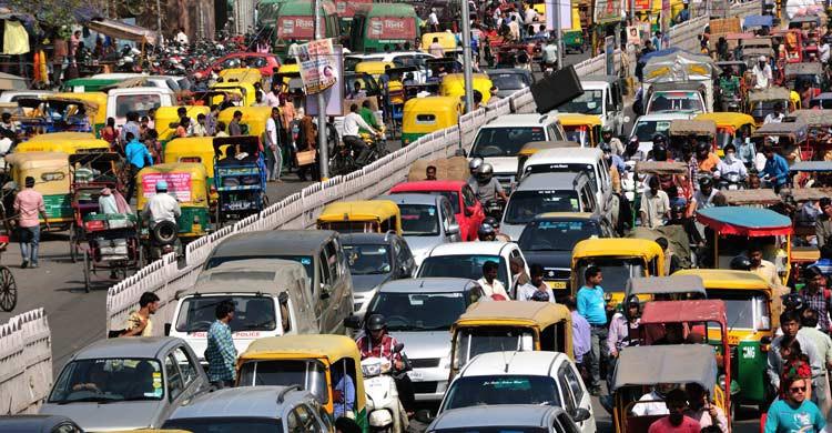 Los problemas de tráfico son una constante en ciudades como Delhi (iStock)