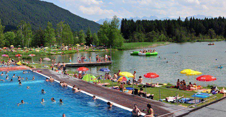 Imagen de uno de los lagos turísticos del Tirol. (http://hotelschoenegg.at)