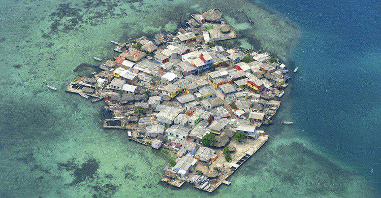 Vista aérea de Santa Cruz del Islote (https://elviajemaslargodelmundodotcom.files.wordpress.com)