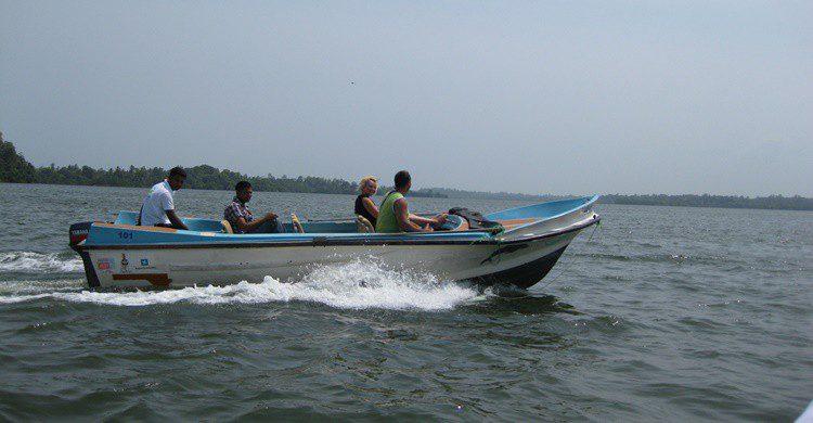 Las pequeñas embarcaciones, único medio de transporte en el que los turistas pueden llegar a la isla. shankar s. (Flickr)