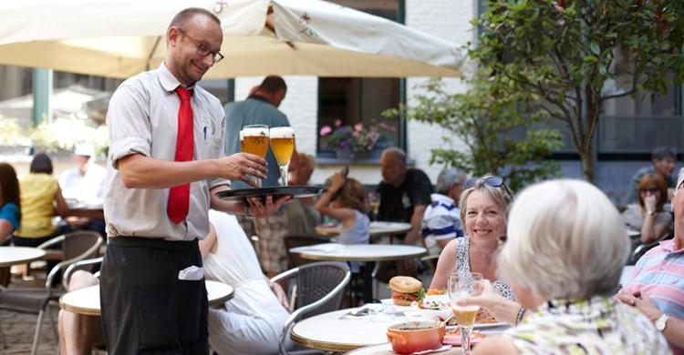 Sirviendo cerveza en una visita. De Halve Maan (Facebook)