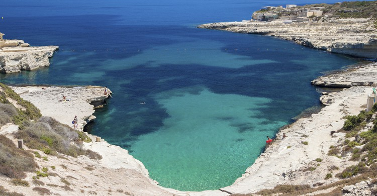 Playa de roca. jarino47 (iStock)