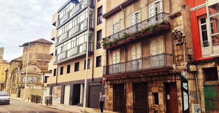 El edificio habitado más antiguo de Santander está en la calle Alta (eltomavistasdesantander.com)